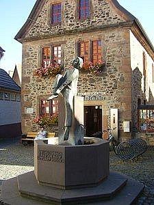 moderne Skulptur vor dem Touristenbüro in Lauterbach