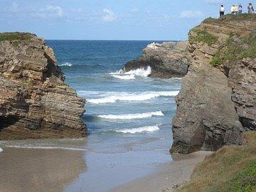 Falézias de rochas do mar cantábrico no norte da Espanha, Galícia. Região de Lugo