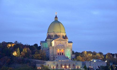 L'Oratoire Saint-Joseph du Mont-Royal, illuminé le soir.
