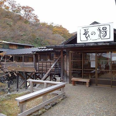 鹿の湯への入り口です。橋をわたった先の建物(写真左側)が浴場です。