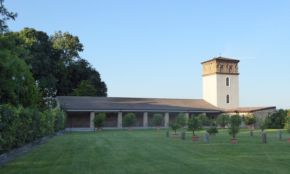 Villa da Prato, il complesso formato dall'aia, dalla torre e dal porticato sud