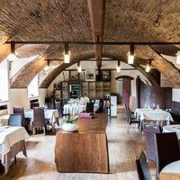 """la sala principale con tavolo in legno """"libanella"""" 200 anni..."""