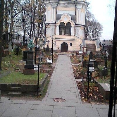 действующий храм на кладбище