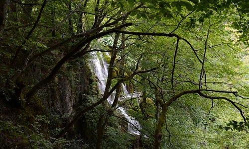 Wodospad na brzegu jeziora Ciginovac