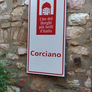 週末午後來訪,comune位於鄰近停車場的入口。此城被譽為義大利最美麗的城市之一,我想市政府的貢獻良多:街道平整乾淨,所有的建築物皆維護良好,不會像其他城市的建築看來髒而頹圮。