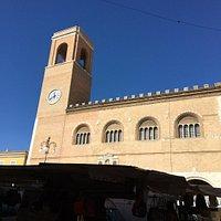 Scorcio del palazzo in un giorno di mercato