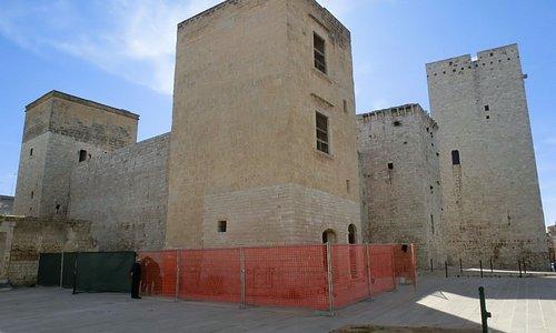 Castello quadrilatero con quattro bastioni maestosi e solidi che sovrasta il borgo antico di Bis