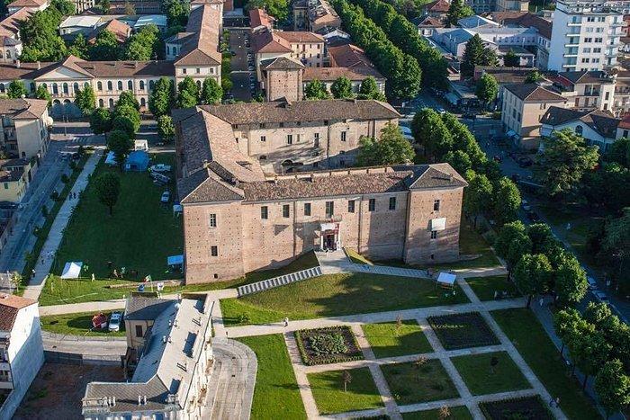 Castello di Voghera (PV) con giardini