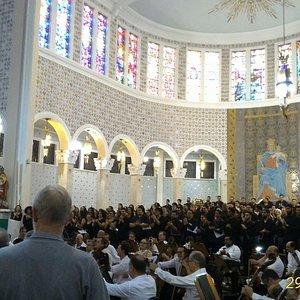 interior da igreja com apresentação do coral da UNASP