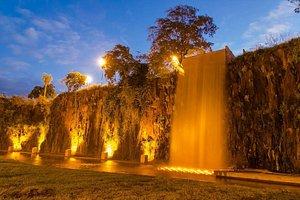 Costanera Cascada Artificial en la Ex-Cantera Nocturno