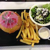 lorettois burger très copieux avec pain à la bière du pilat ,bonne viande et reblochon.servi ave
