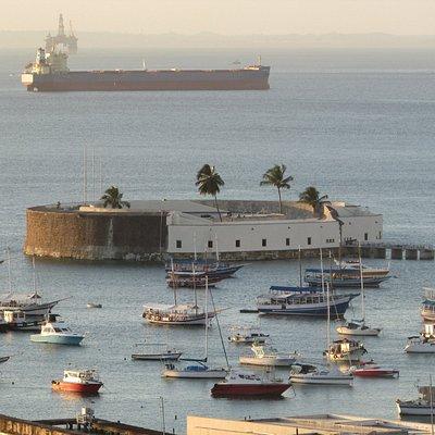 Vista do Museu de Arte Sacra da UFBA para o Forte de São Marcelo