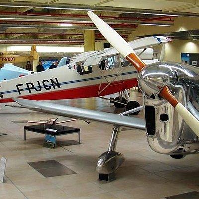 Sur 1600 m², vous découvrirez des avions remarquables et leur histoire.