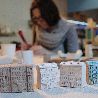 Работа над созданием керамических миниатюр питерских домиков