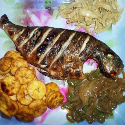 Dorade braisée aux bananes alloco et ses deux sauces (crue et cuite)