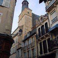 La tour de l'horloge au-dessus de l'immeuble
