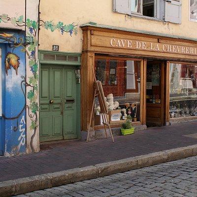 la rue de la chèvrerie, au 18 se trouve la Cave de la Chèvrerie