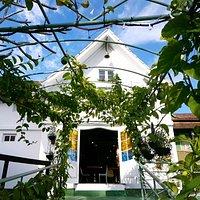 Fachada restaurada da antiga capelinha