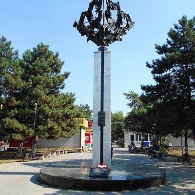 памятник жертвам теракта в Мин. Водах