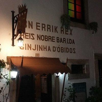 Entrada situada na rua principal em Óbidos