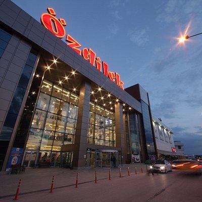 Özdilek Eskişehir AVM, hipermarketi, departman mağazası, kafe ve restoranıyla hizmet sunmaktadır