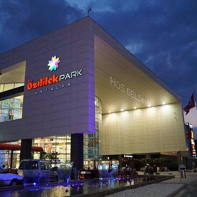 Özdilekpark Antalya bünyesinde bulunan ünlü markalar,restoran-kafe ve sineması ile hizmet sunuyo