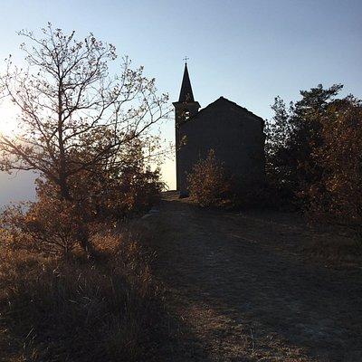 La cappella in un tramonto autunnale