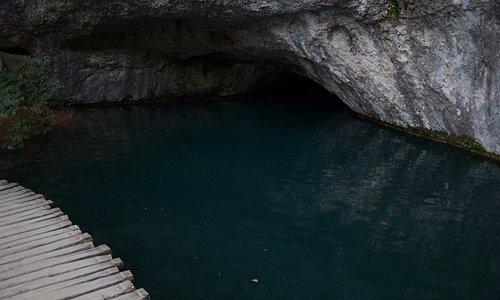 Połączenie jaskini z jeziorem Kaluderovac