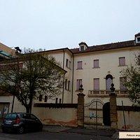 Palazzo Angeli ancora sede di lavori di restauro.