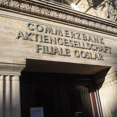 Gegenüber der Kirche, die auch imposante Commerz-Bank.