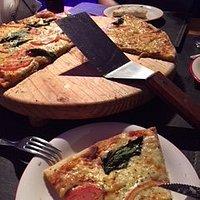 pizza familiar de mas menos 50 cm de diámetro, muy buena margarita, solo cambiaría el tomate cru