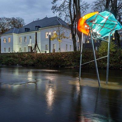 """Das Museum Art.Plus mit Paul Schwers """"GULFF"""" (2014) Außenskulptur in der Brigach"""
