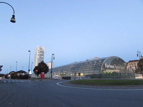 la nuova Stazione e grattacielo al mattino presto ...