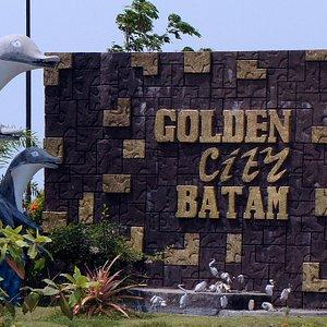 Ini adalah salah satu spot foto dengan baground tulisan Golden City Batam
