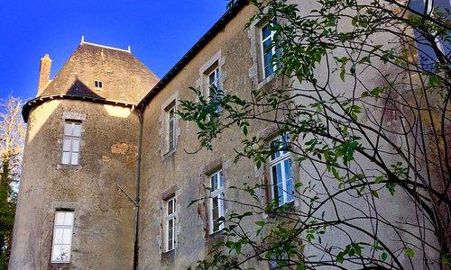 L'Office du Tourisme et juste autour de cet ancien château