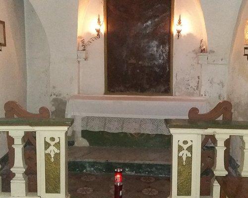 vista interna con altare