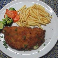 schweins cordon bleu, pommes frites und gemüse