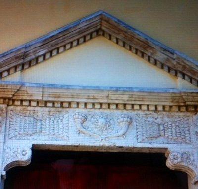 Particolare dei decori in marmo del Portone d'ingresso .