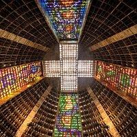 Impresionante altura (75 mts) y dispuestas en forma de cruz los paneles de vitraux