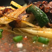 Pulpín de pedreru, crujiente de salchichon y  verduritas al Wok