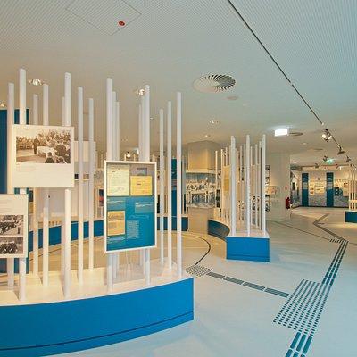 Obere Etage. Blick durch die Ausstellung. Rechte: Vogelsang IP - Roman Hövel