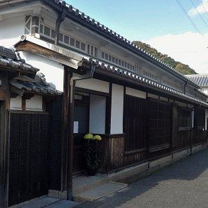 焼き板の塀、壁に囲まれた伝統的家屋