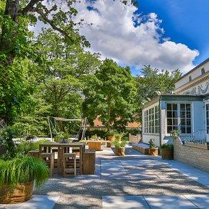 Garten: Lockeres Get-together an der Bar, zwischen mediterranen Blüten und üppigem Grün.