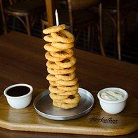 Onion Rings. Deliciosos anéis de cebola, envoltos à milanesa e molho especial.