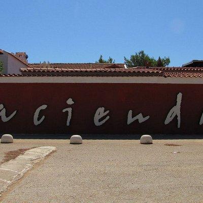 Hacienda Schriftzug an der Fassade