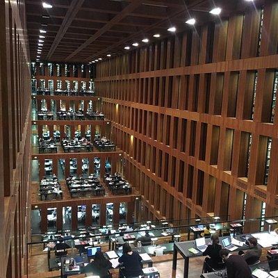 Интересное решение архитектора сделать библиотеку именно такой Места мало конечно чтобы по-учитс