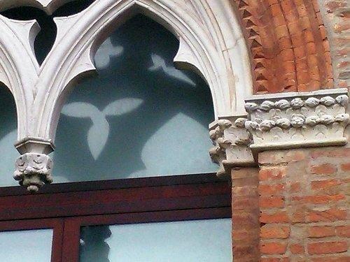 Uno dei sei finestroni gotici nel primo cortile del acastello