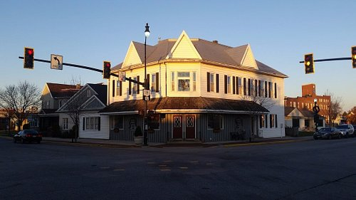 the outside of the the wooden shoe inn