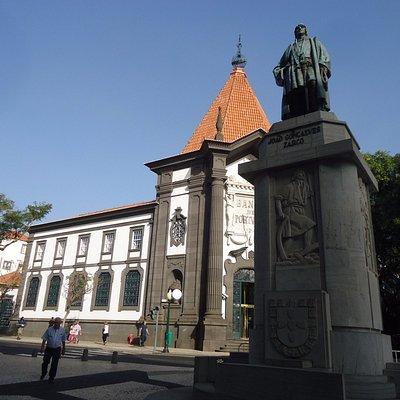 Pomnik odkrywcy Madery przed siedzibą Narodowego Banku Portugalii .