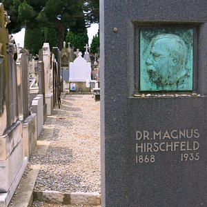 Headstone of Dr. Magnus Hirschfeld with a bronze bas-relief portrait by sculptor Arnold Zadikow.